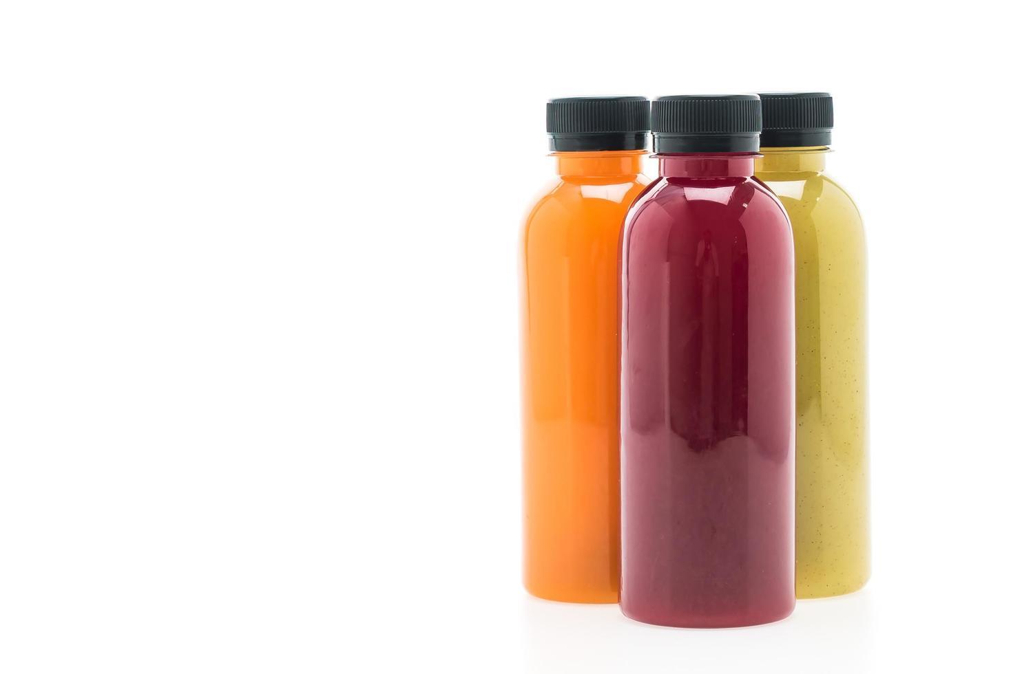 frukt- och grönsaksjuiceflaskor isolerad på vit bakgrund foto