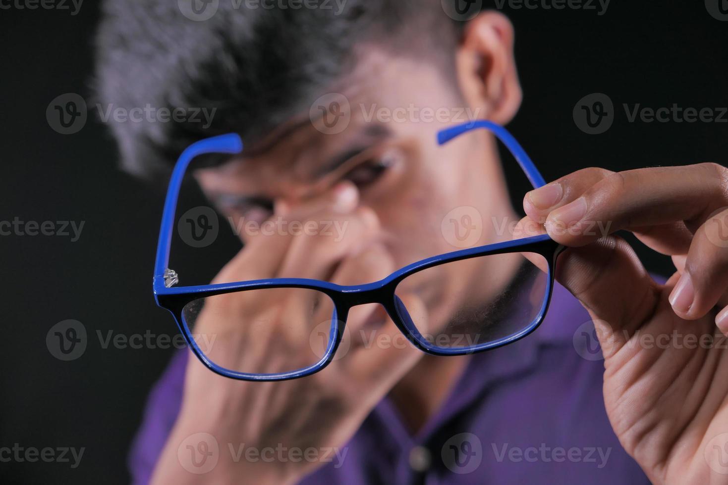 man som håller glasögon i förgrunden foto