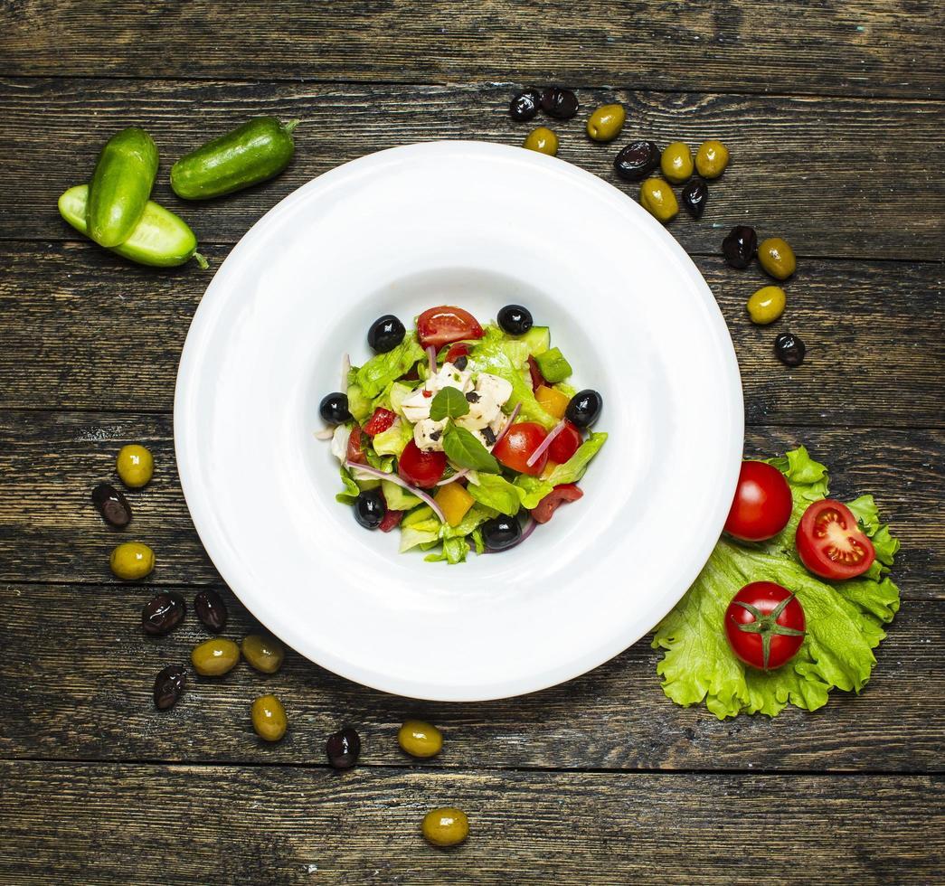 grönsaksallad med oliver inuti foto