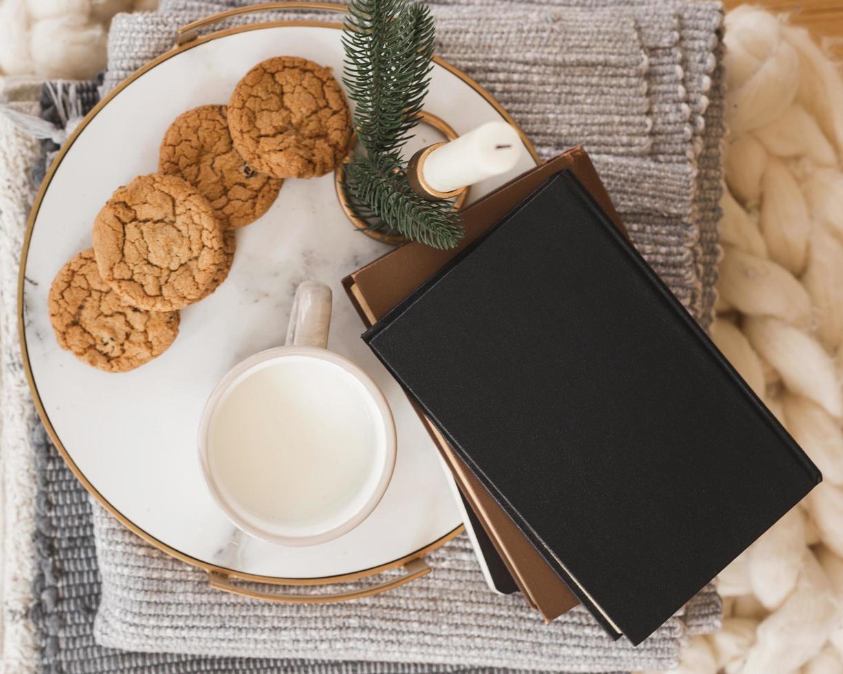 ovanifrån bricka med kakor, mjölk och böcker foto