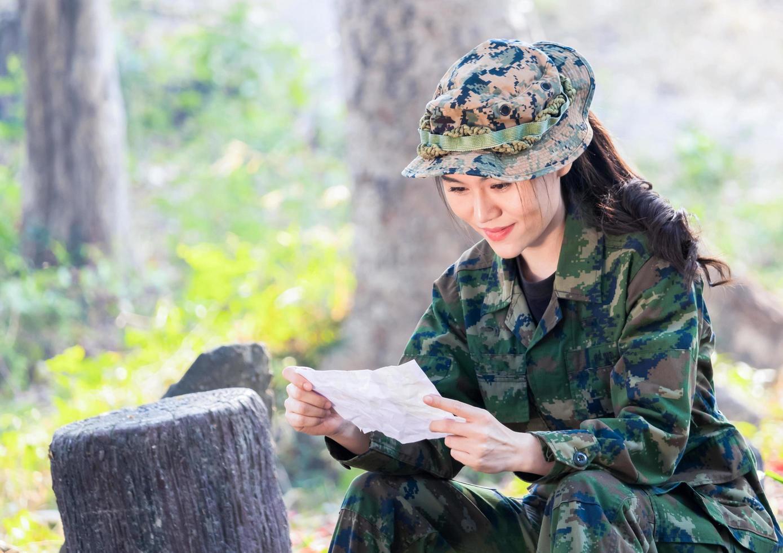 porträtt av en kvinnlig soldat som glatt läser ett brev foto