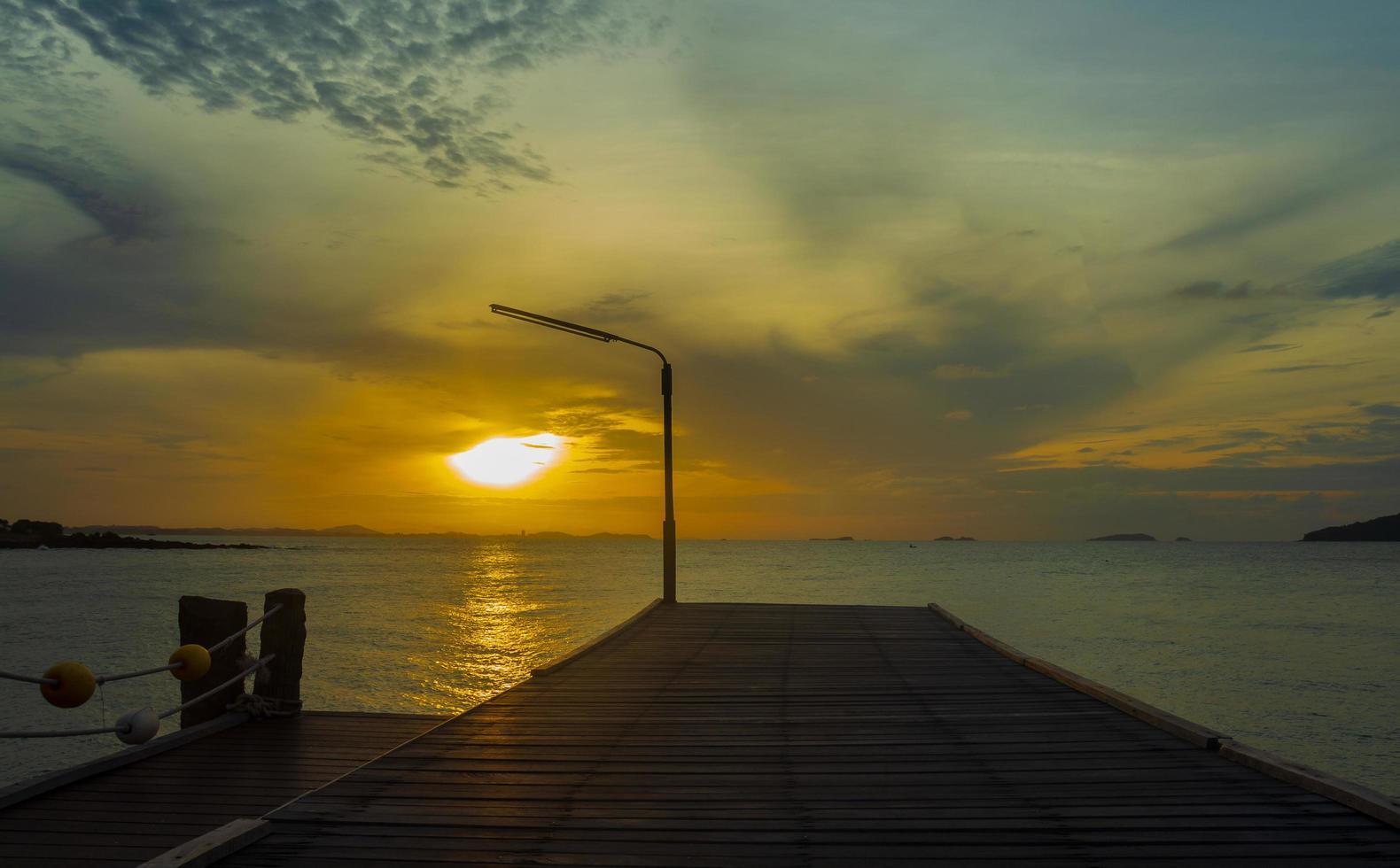 träbro för havets skönhet foto
