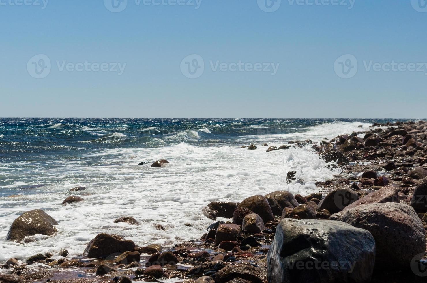 stenig strand och vågor foto