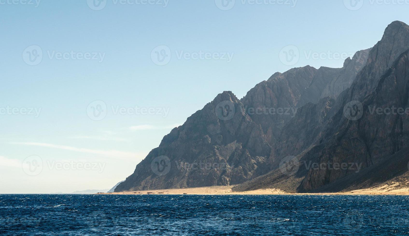 berg nära stranden foto