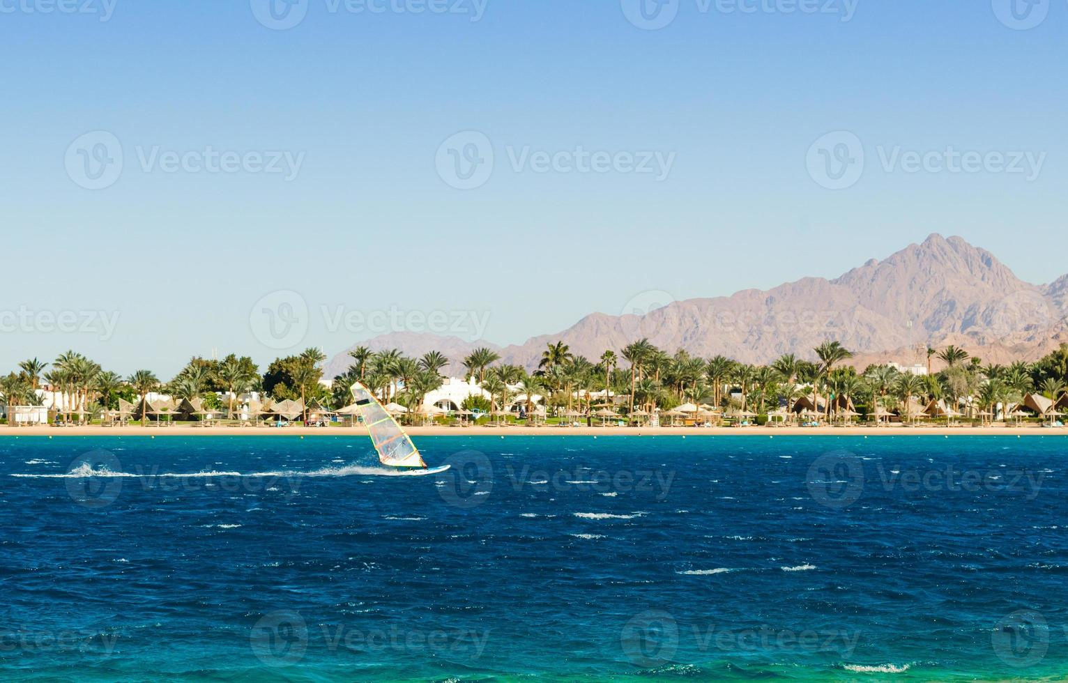 vindsurfare på stranden foto