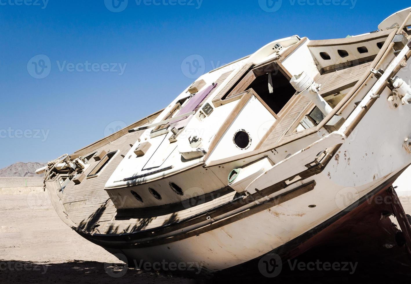 gammal yacht i sanden foto