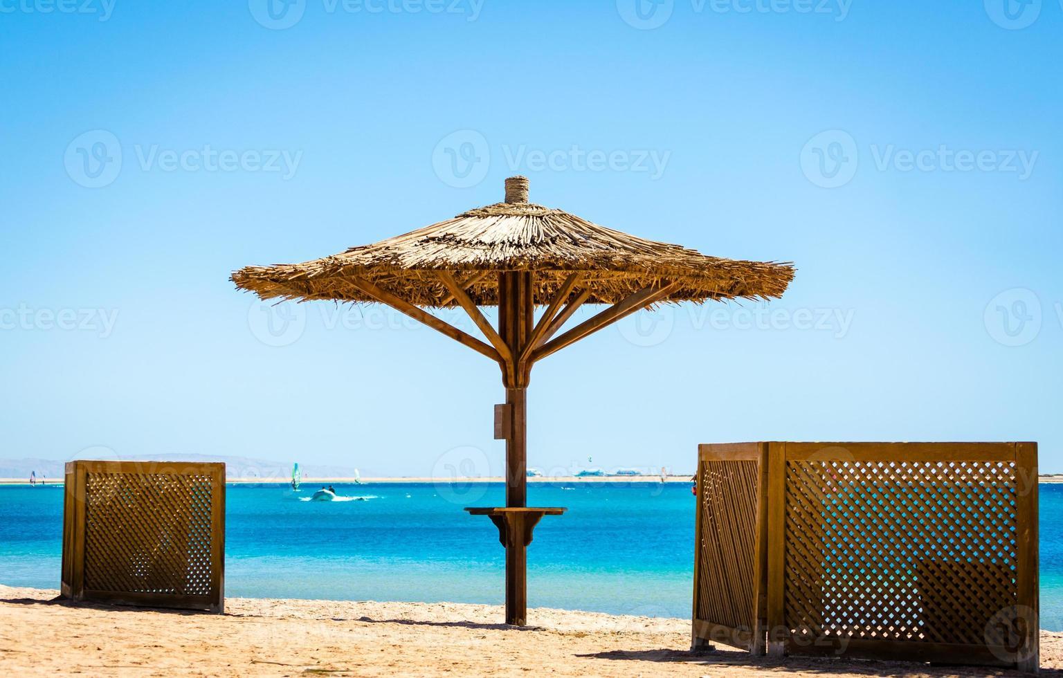 paraply och sittplatser på stranden foto