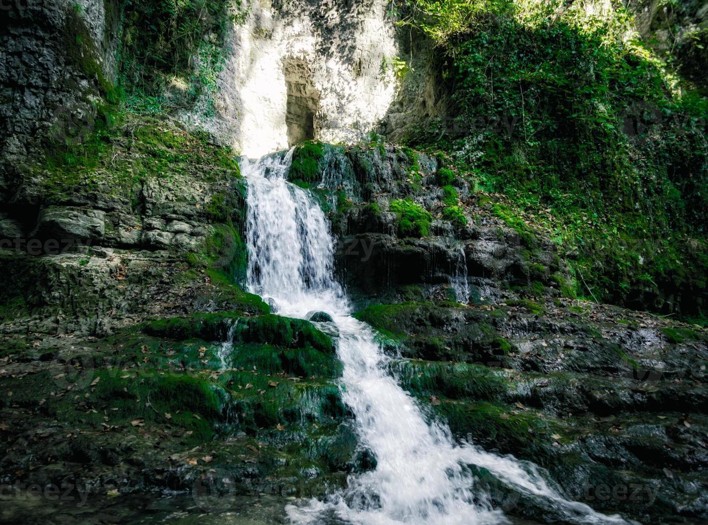 litet vattenfall och mossa foto