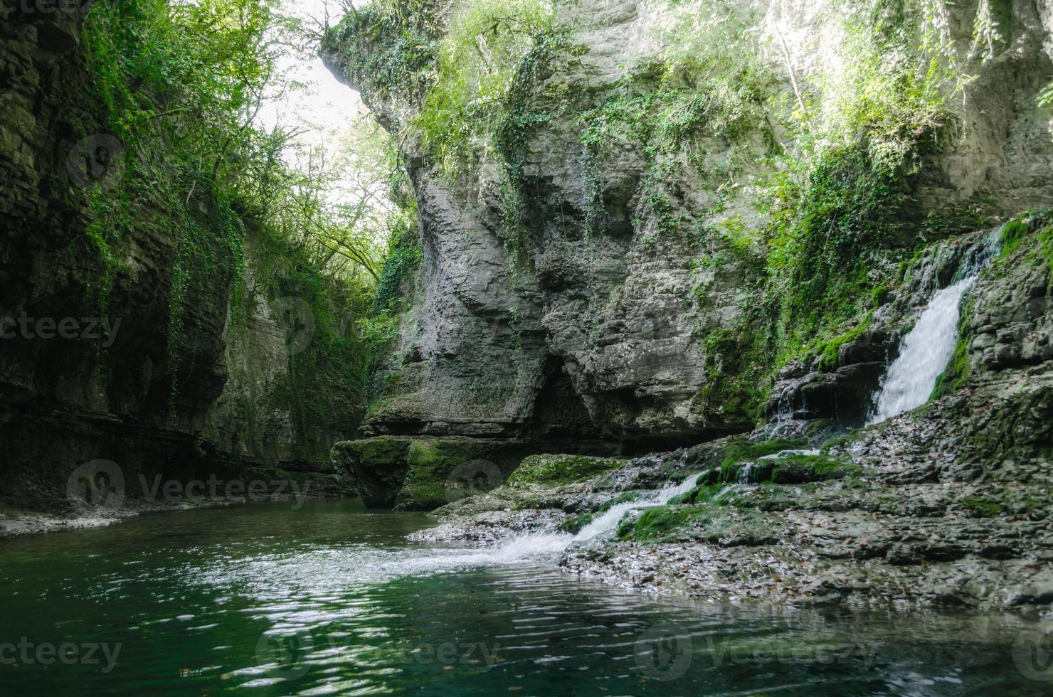 litet vattenfall i en skog foto