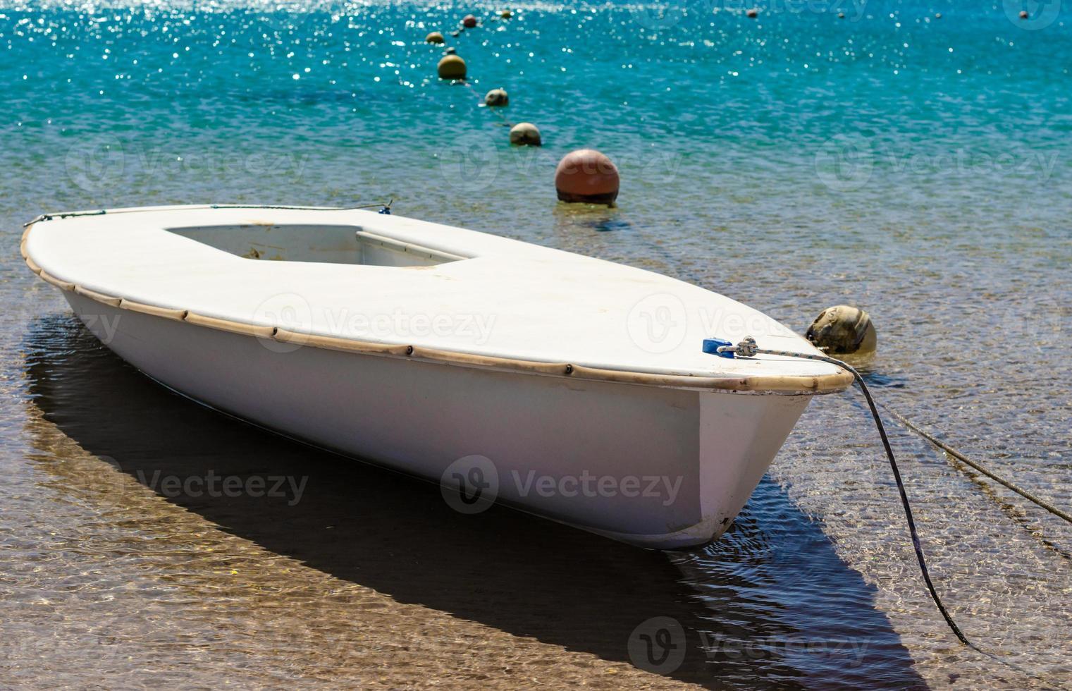 bunden båt i turkosvatten foto