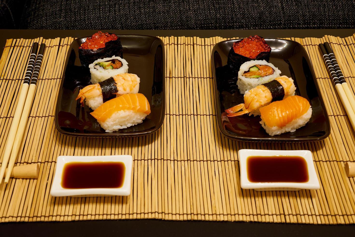 två sushi tallrikar foto