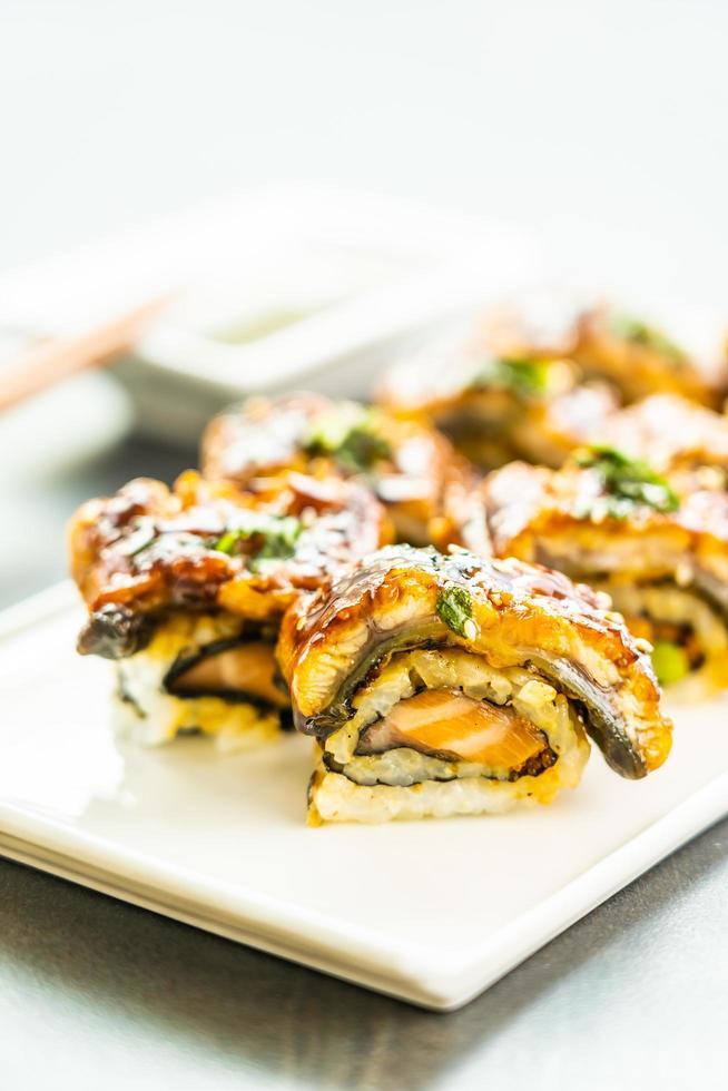 grillad ål eller unagi fisk sushi maki rulle med söt sås foto
