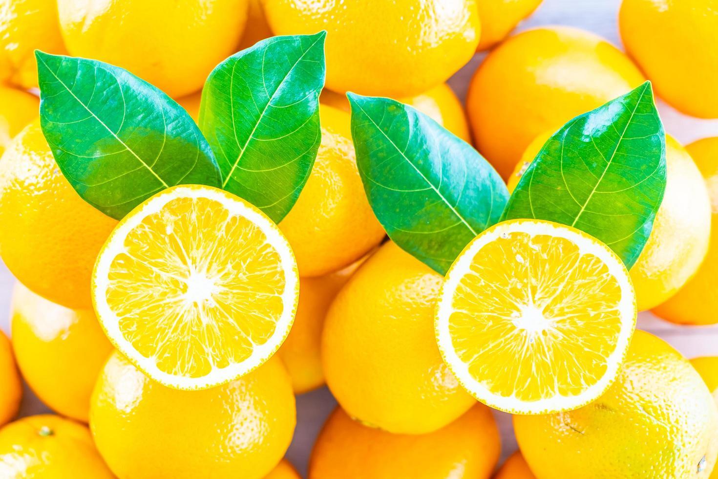 färska apelsiner på bordet foto