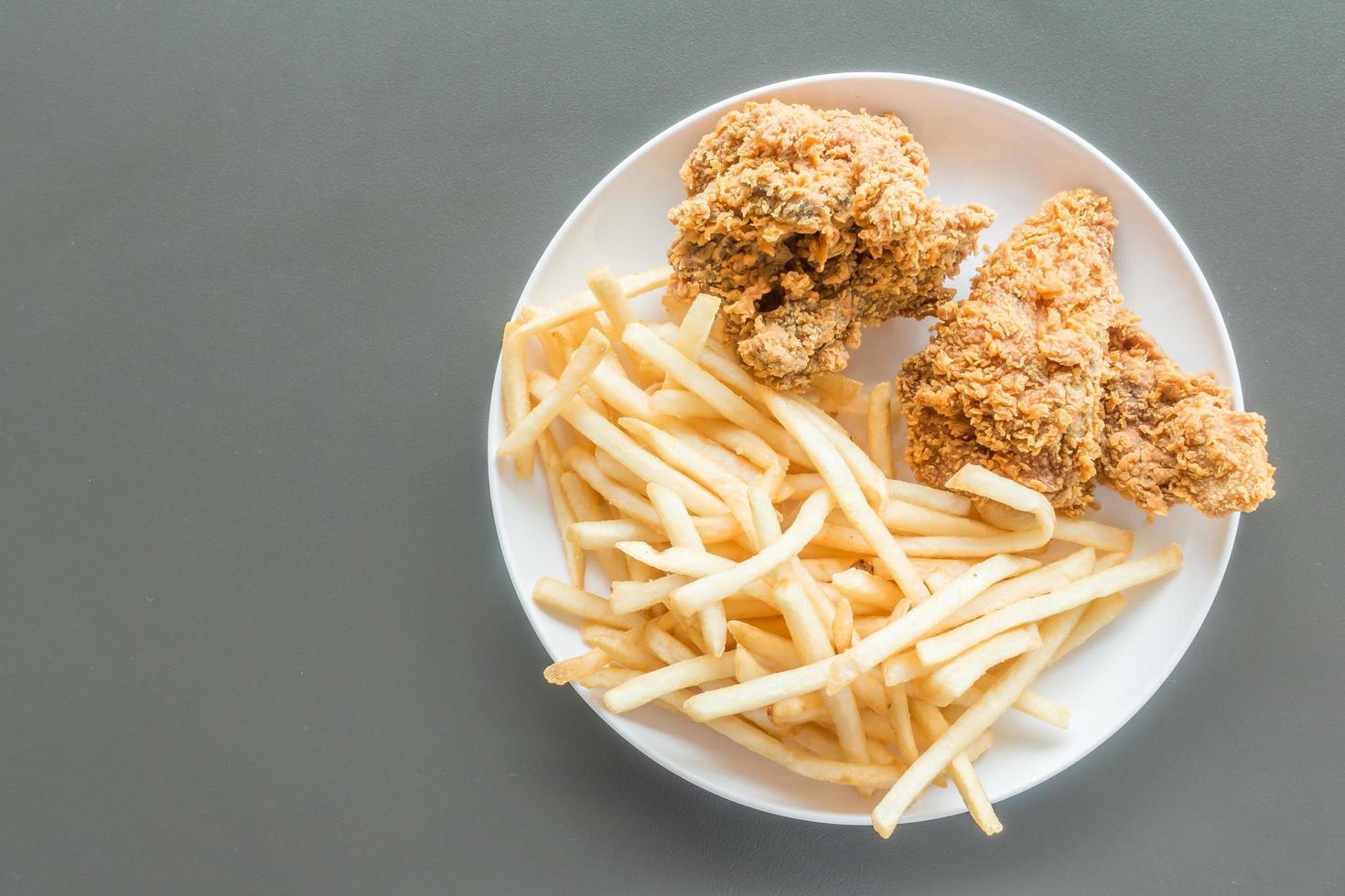 pommes frites och stekt kyckling foto