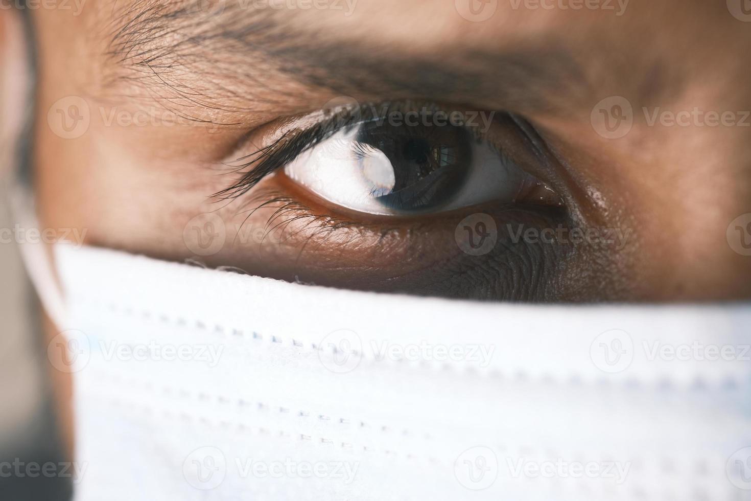 närbild av mans öga med mask foto