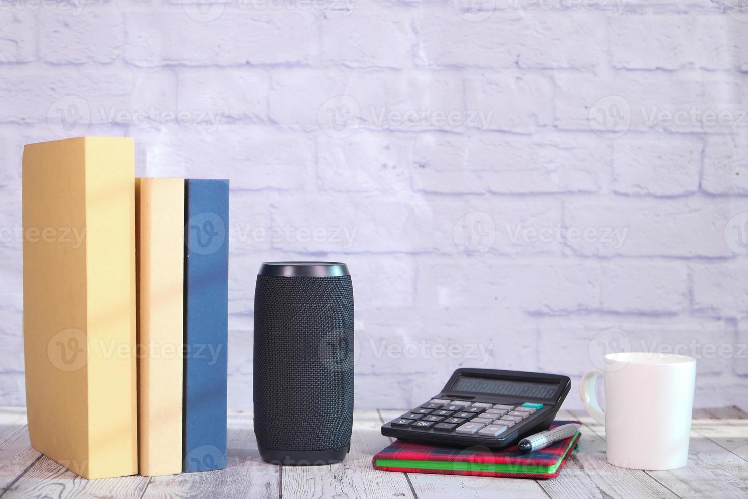 smart högtalare och tangentbord med kopieringsutrymme på vit bakgrund foto
