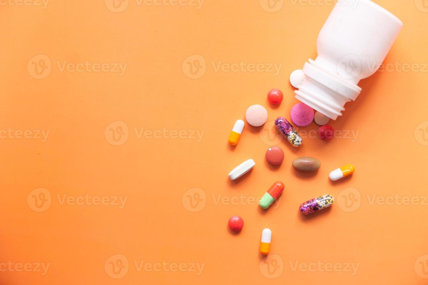 färgglada piller spilla på färgbakgrund foto