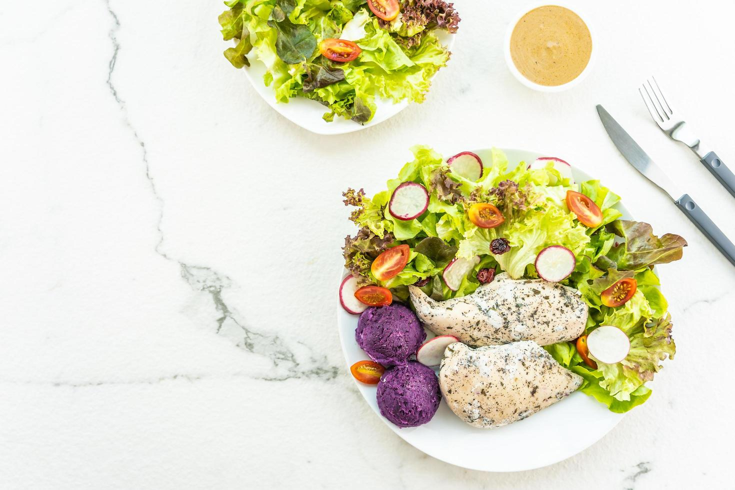 grillad kycklingbröstköttbiff med färsk grönsak foto