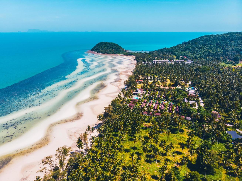 Flygfoto över en vacker tropisk strand foto