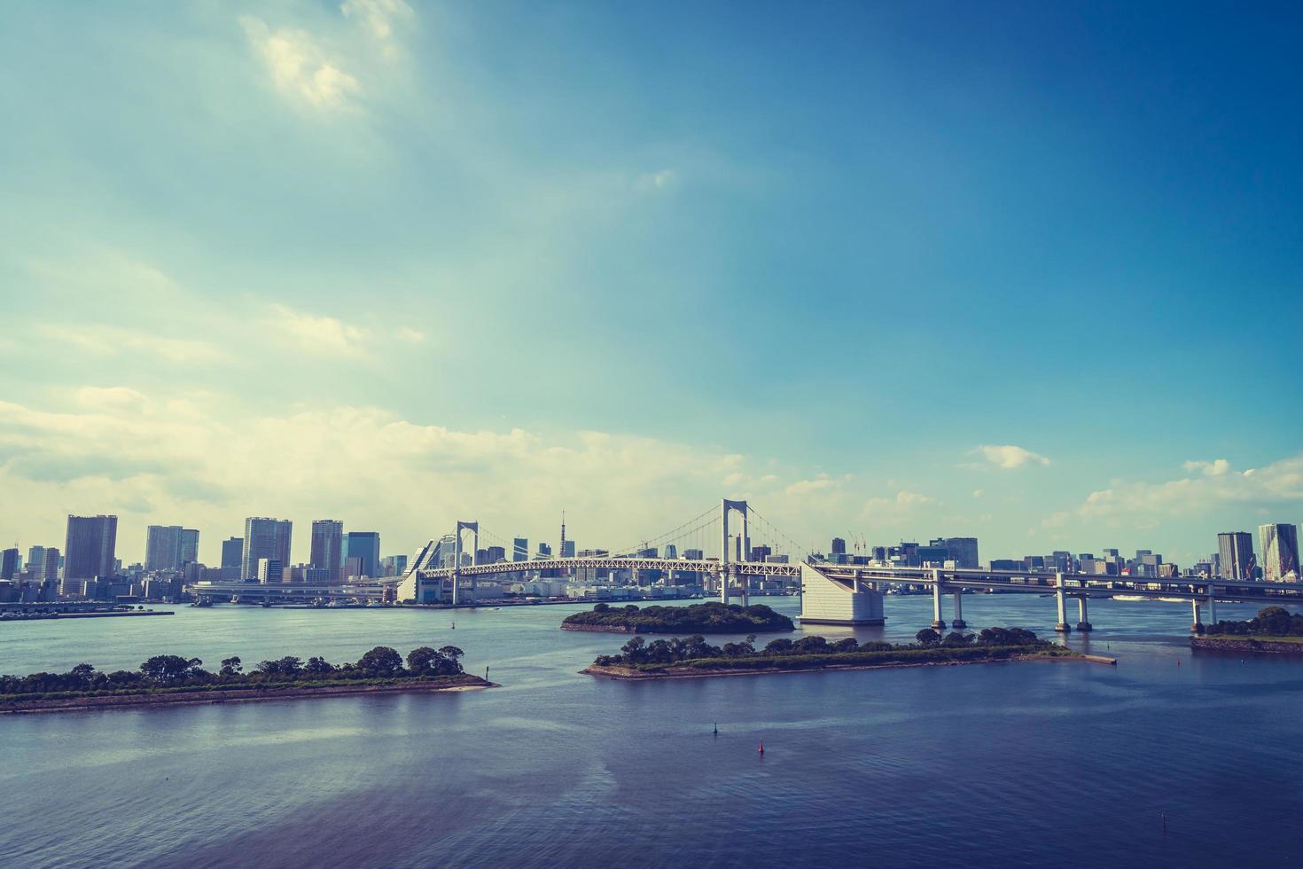 stadsbild av tokyo stad med regnbågsbro, japan foto