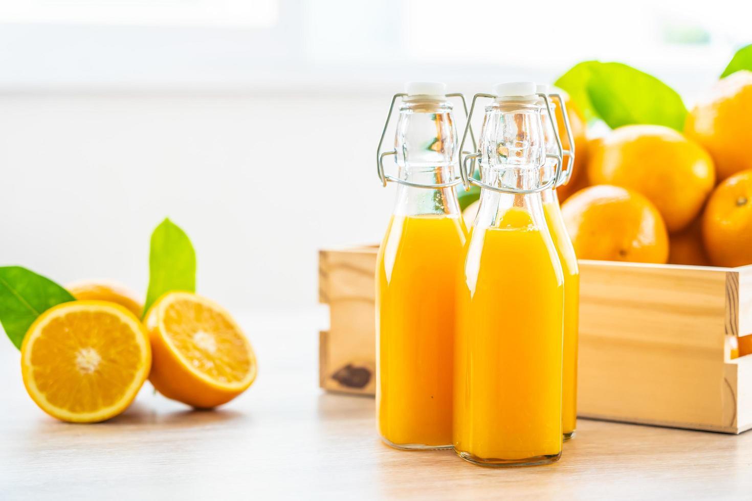 färsk apelsinjuice för drink i flaskglas foto