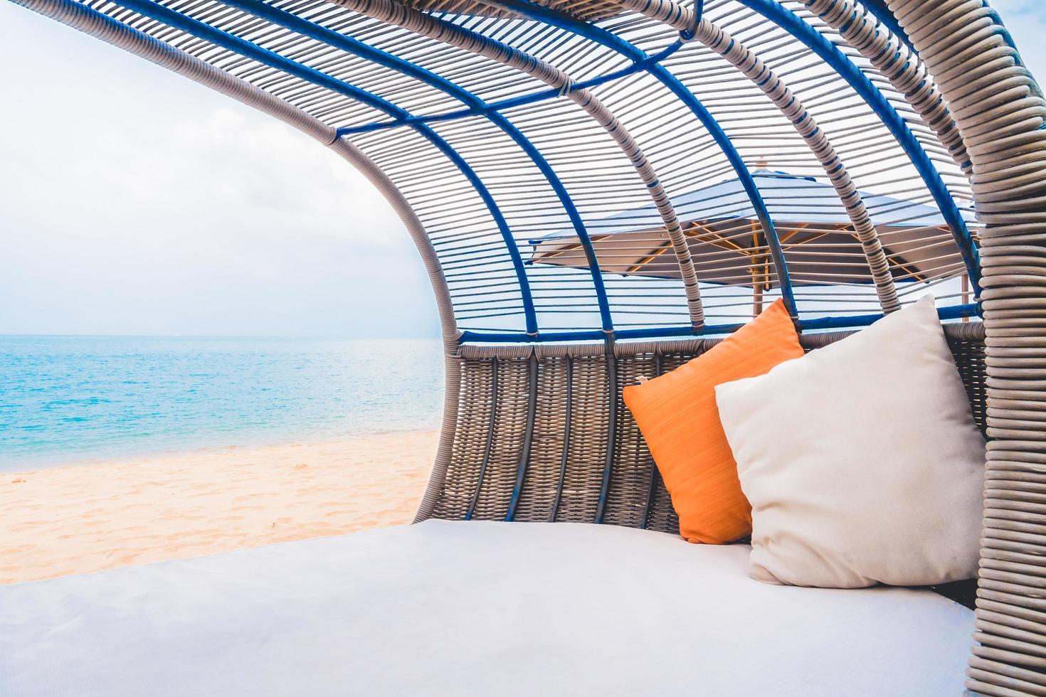lyxdäck med kudde på stranden och havet foto