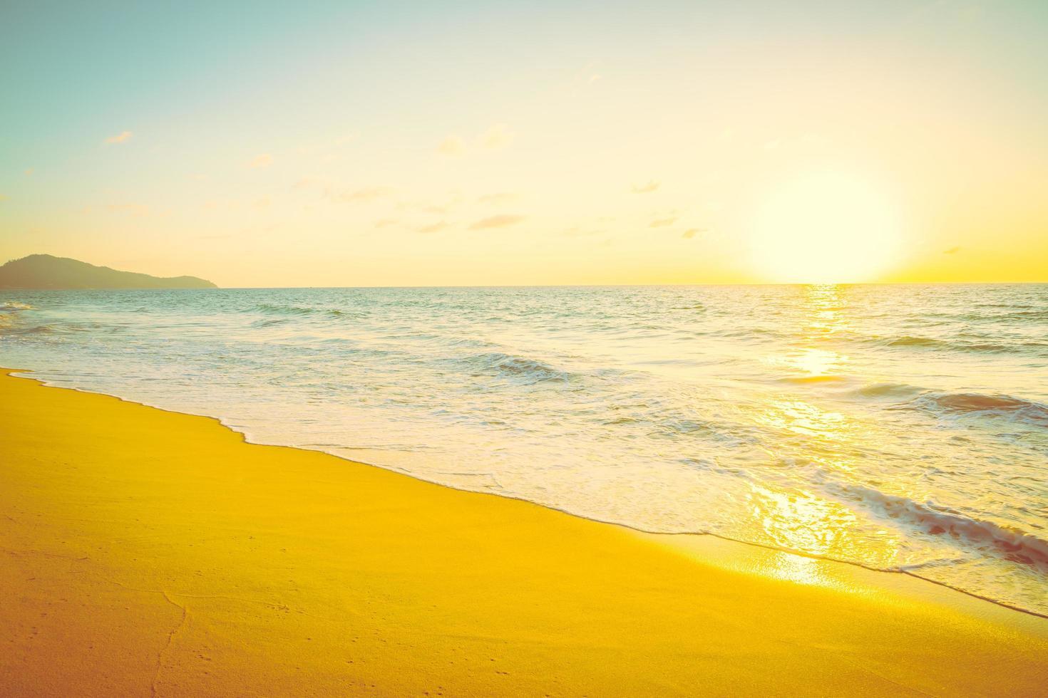 solnedgång med hav och strand foto