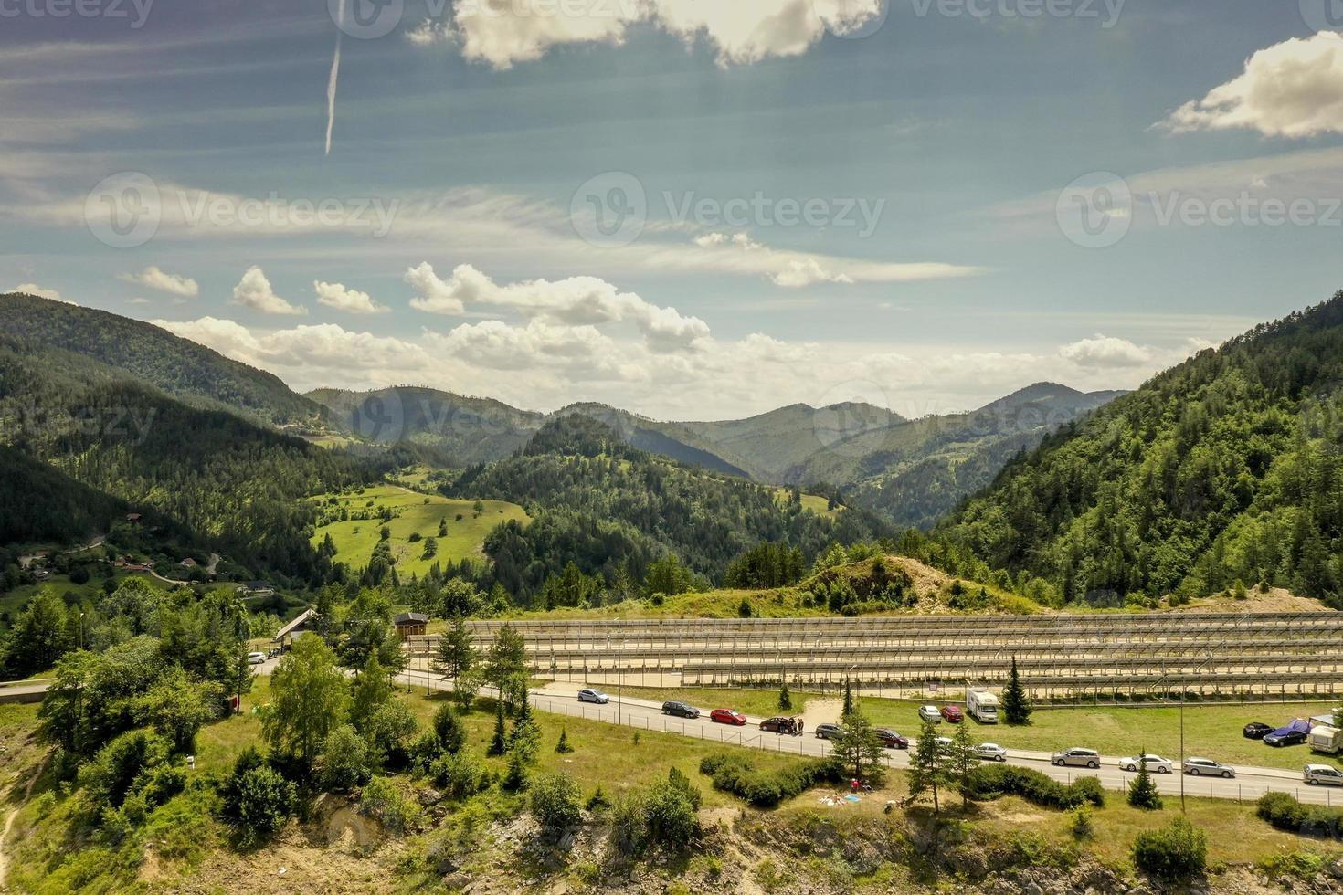 Flygfoto på solpaneler vid Tara Mountain i Serbien foto