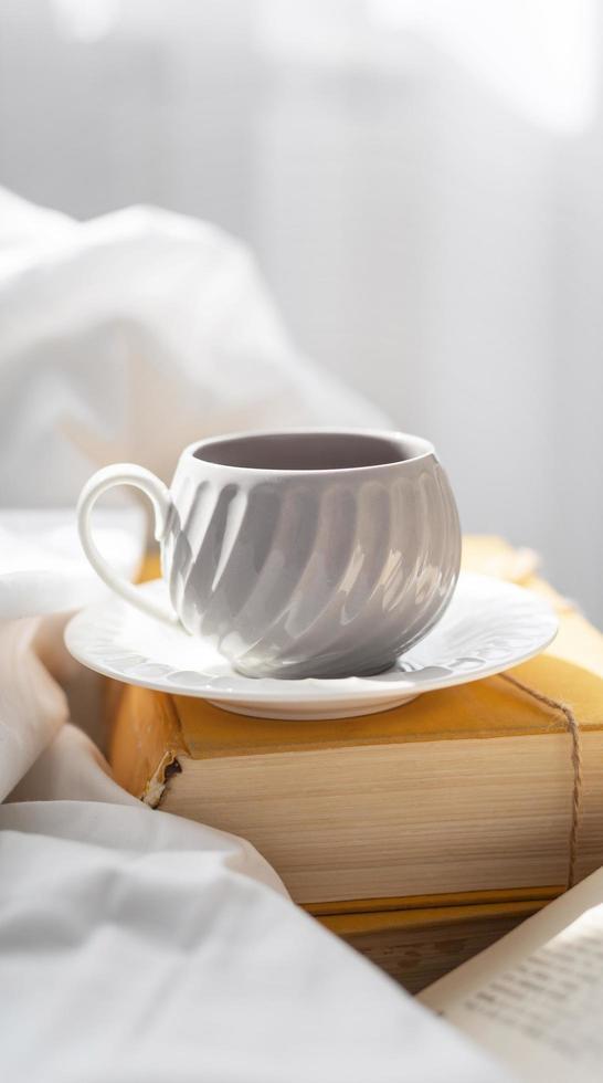 kopp på tallrik med bok foto