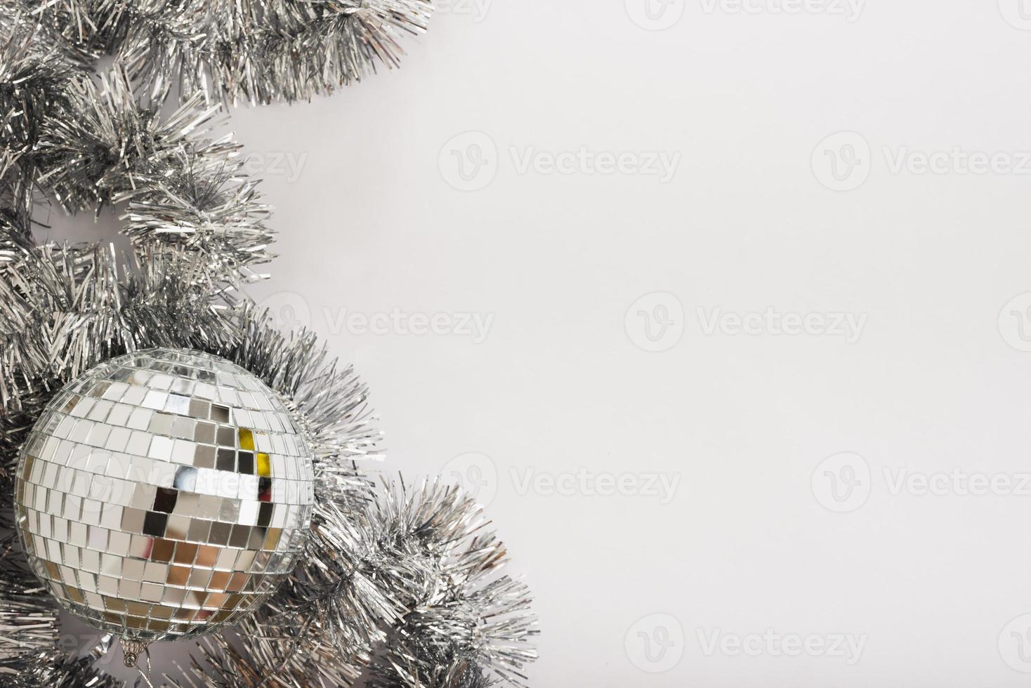discokula med glitter på det vita bordet foto