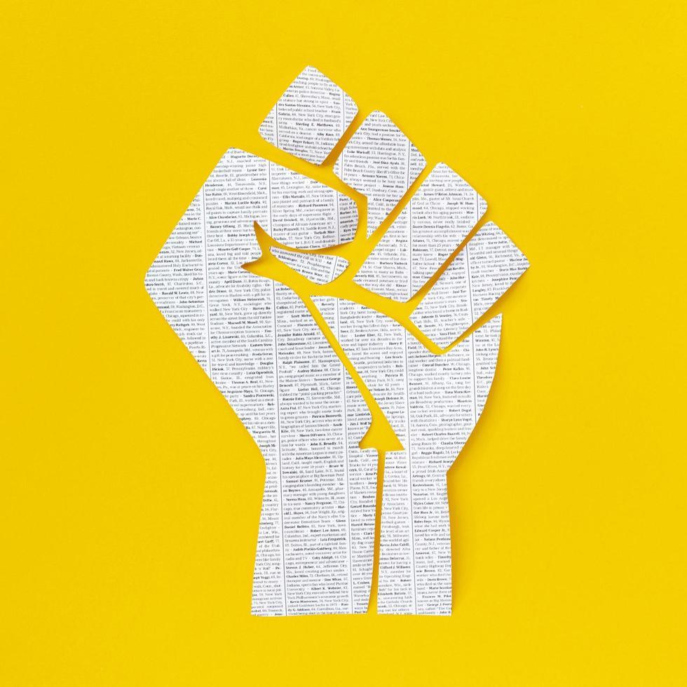 svarta liv betyder näve på gul bakgrund foto