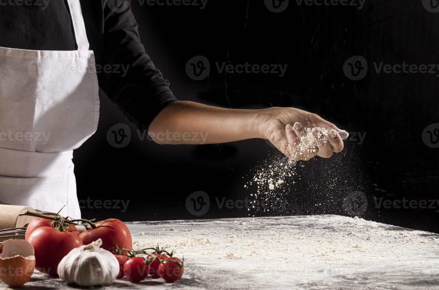 närbild hand som håller mjöl foto