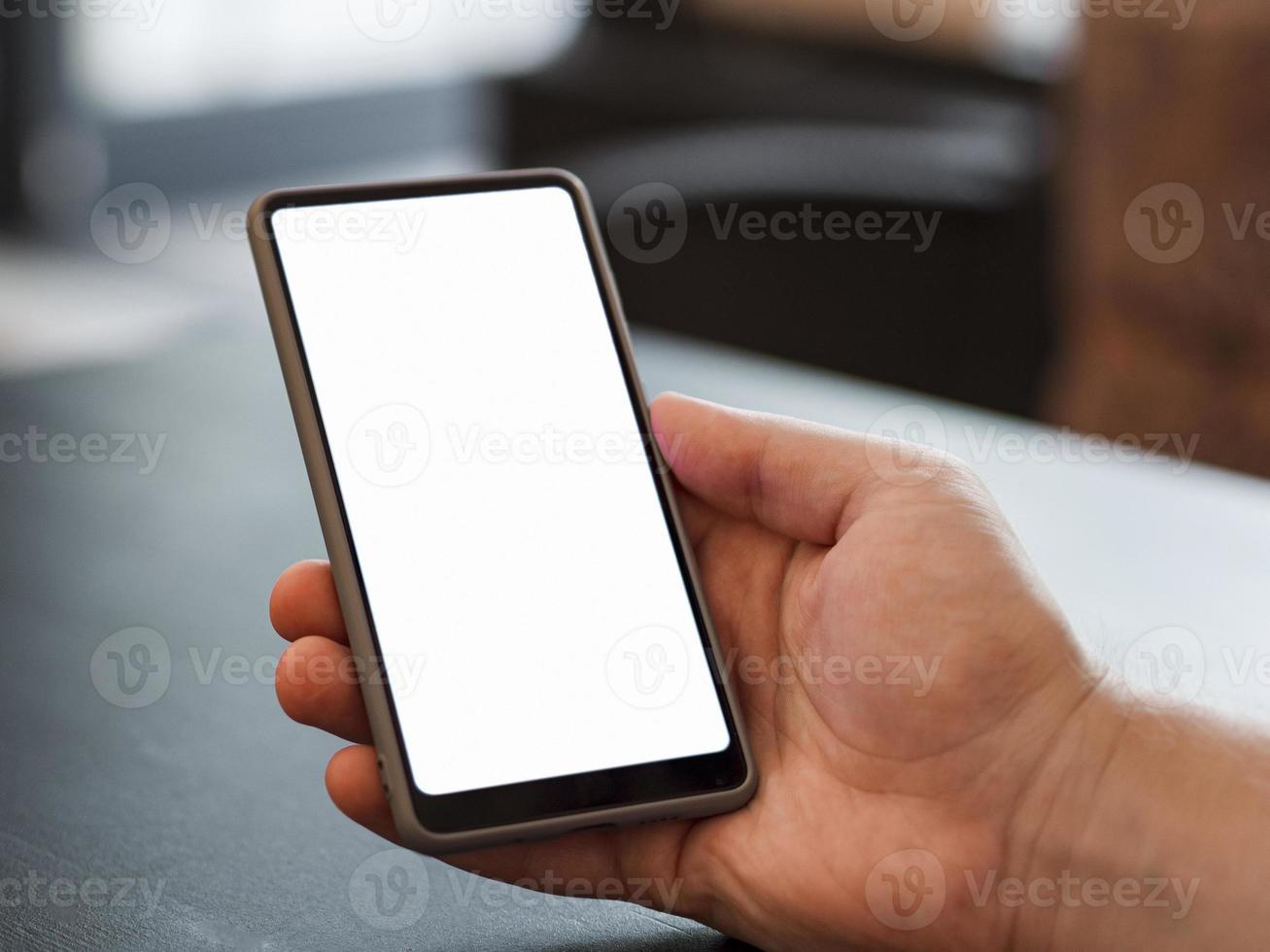 närbild handen håller telefon mockup foto