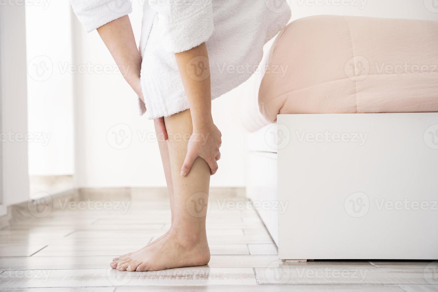 närbild händer massera ben foto