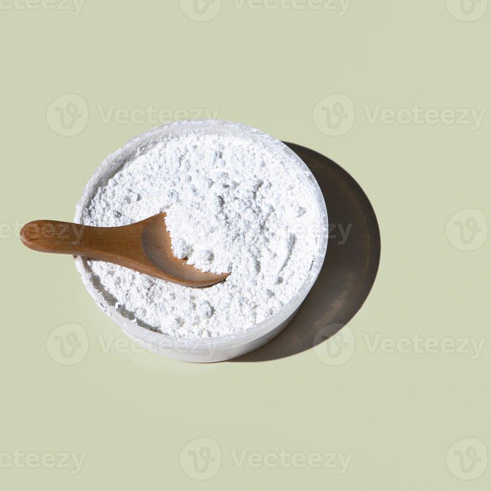 närbild pulver skål på vanlig bakgrund foto