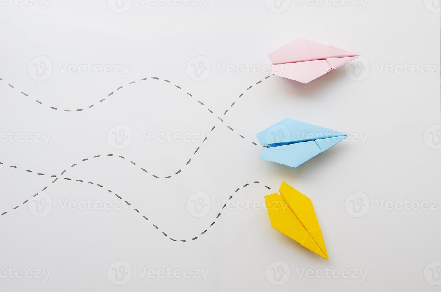 söta minimalistiska pappersplan, ovanifrån foto