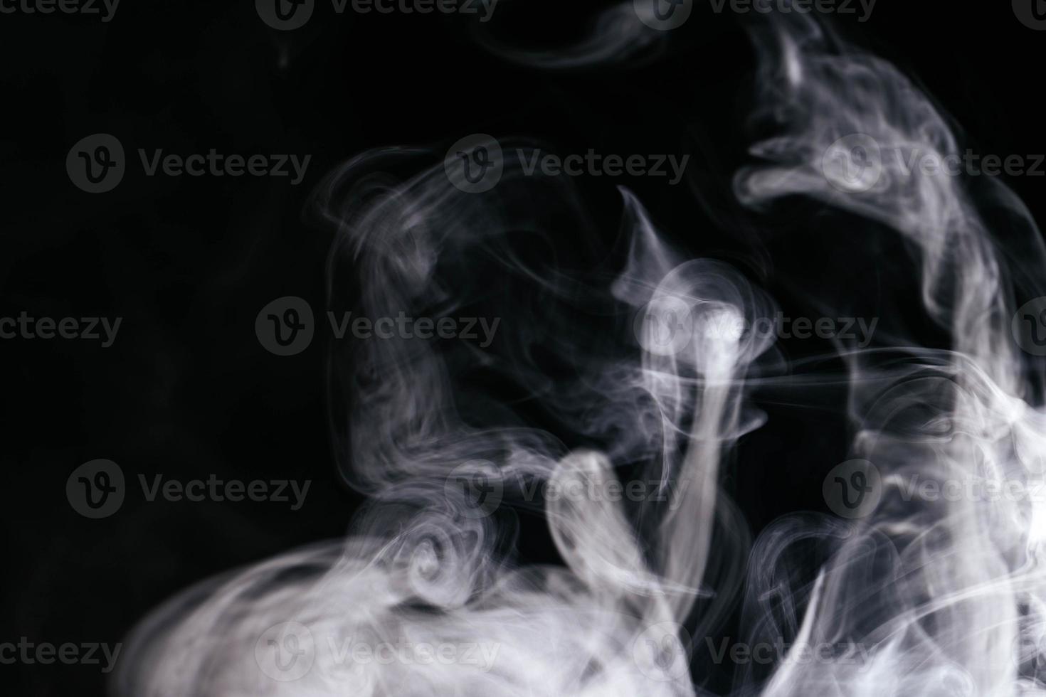grå rök vinkar svart bakgrund foto