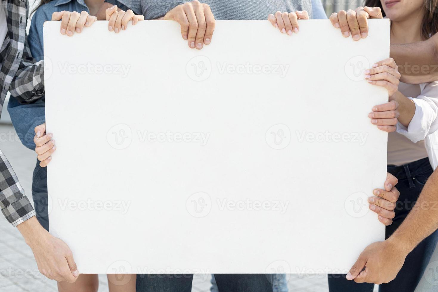 grupp demonstranter tillsammans med skyltmodell foto