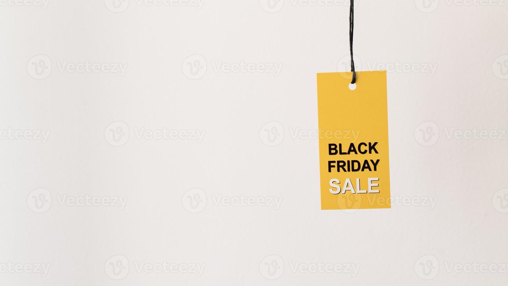 hängande gul svart fredag försäljning etikett med kopia utrymme foto