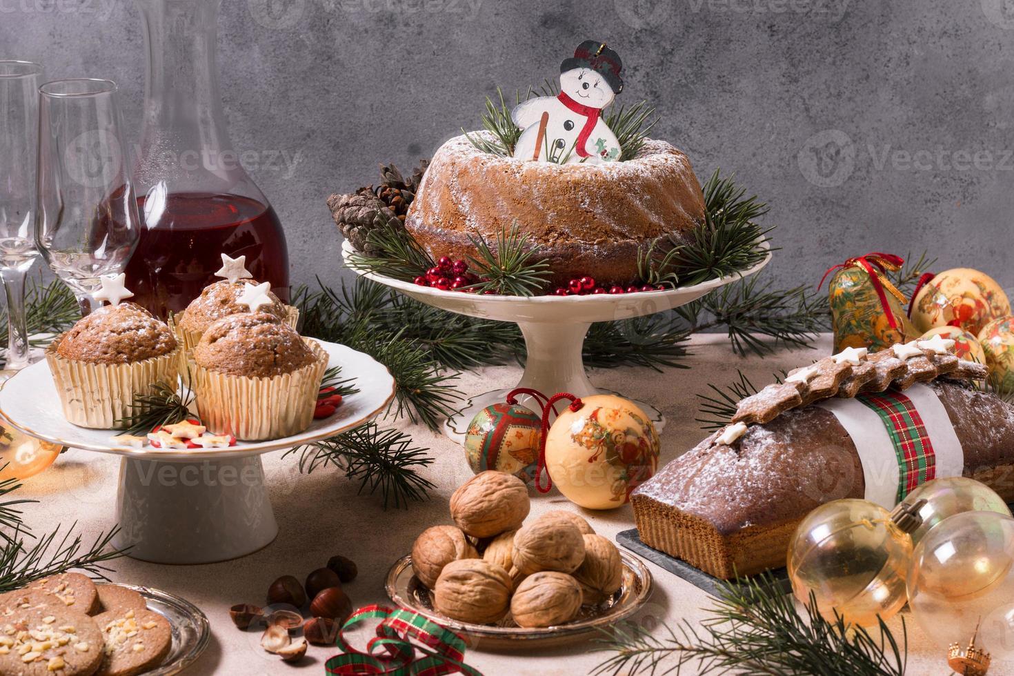 hög vinkel julfest med utsökt mat foto