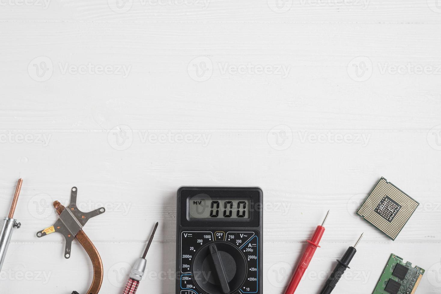 elektroniska verktyg för hög vinkel med datorchips på träbakgrund foto