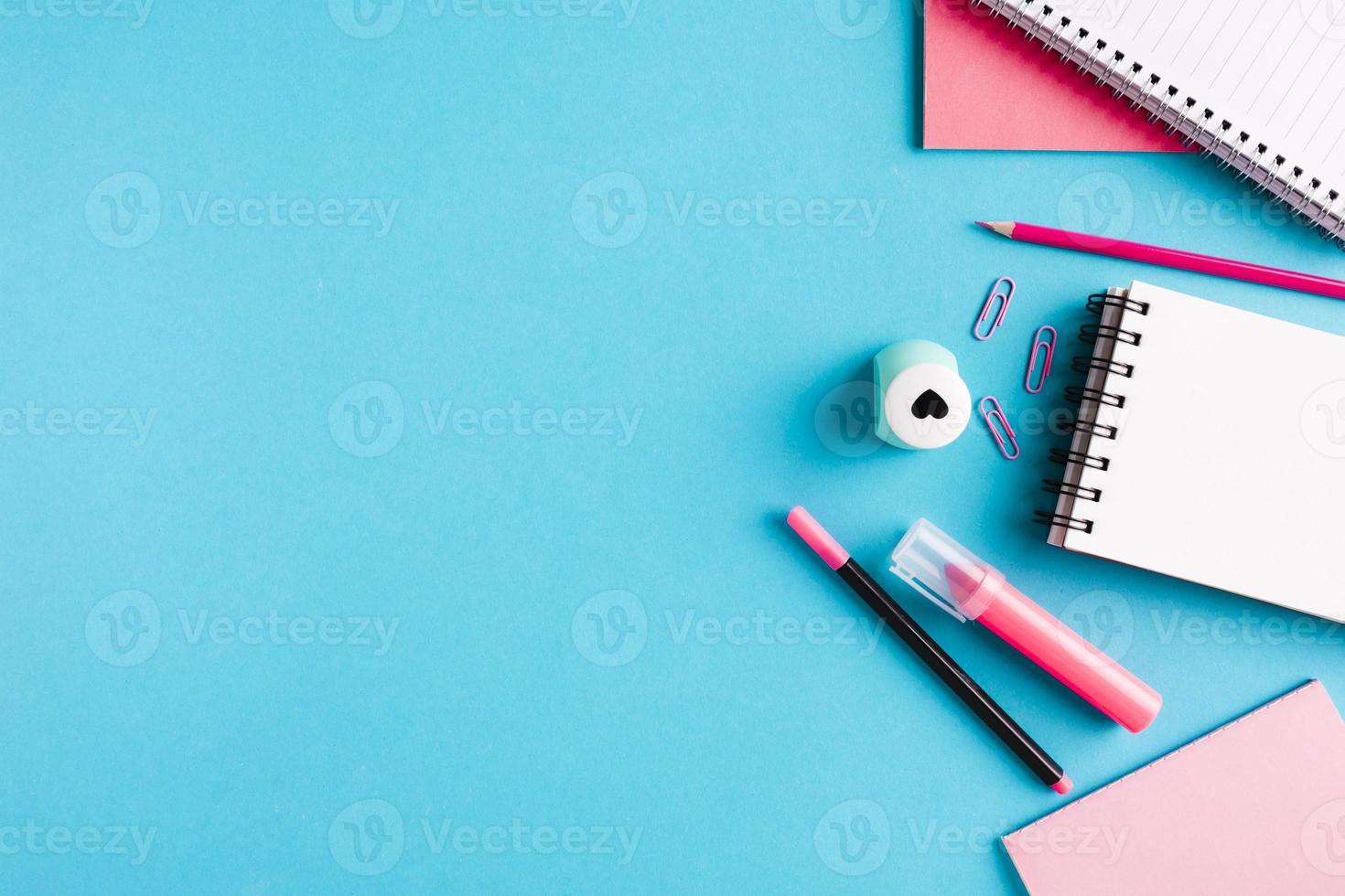 sammansättning med kontorsverktyg skrivbord på blå bakgrund foto
