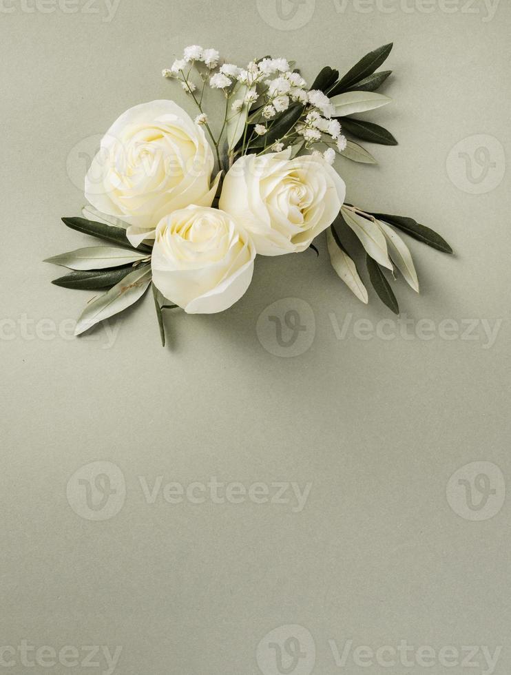 kopia utrymme bröllop blommig prydnad på neutral bakgrund foto