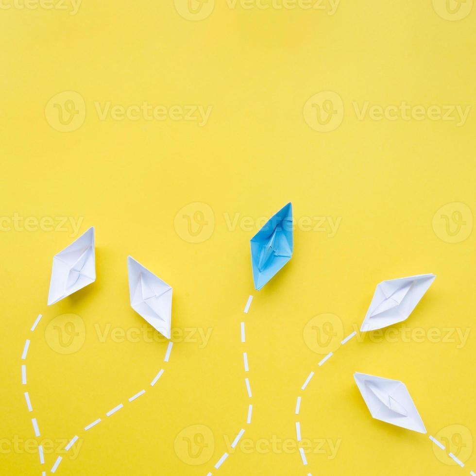 kreativt arrangemang av individualitetskoncept på gul bakgrund foto