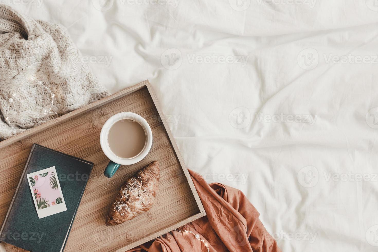 giffel och kaffe nära boken på sängen, ovanifrån foto