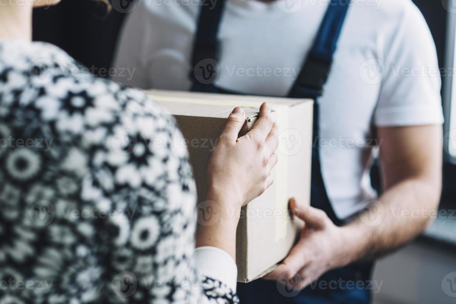 beskuren kvinna tar emot paketet foto