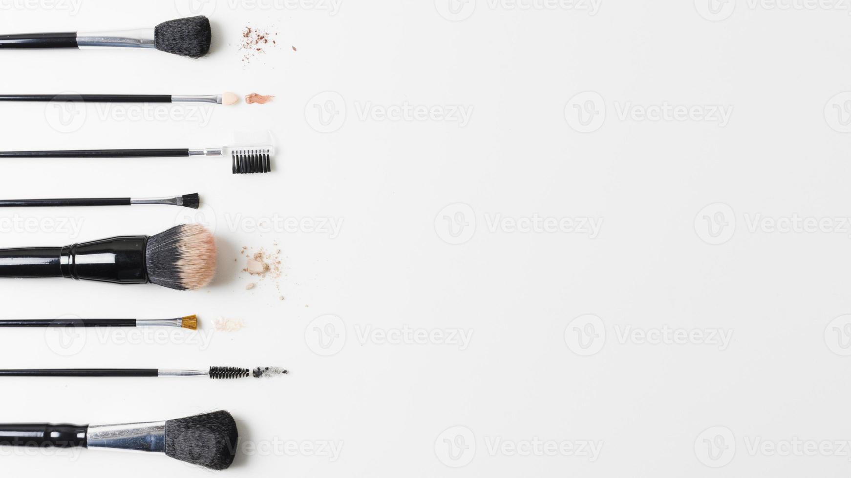 olika kosmetiska borstar ordnade på vit bakgrund foto