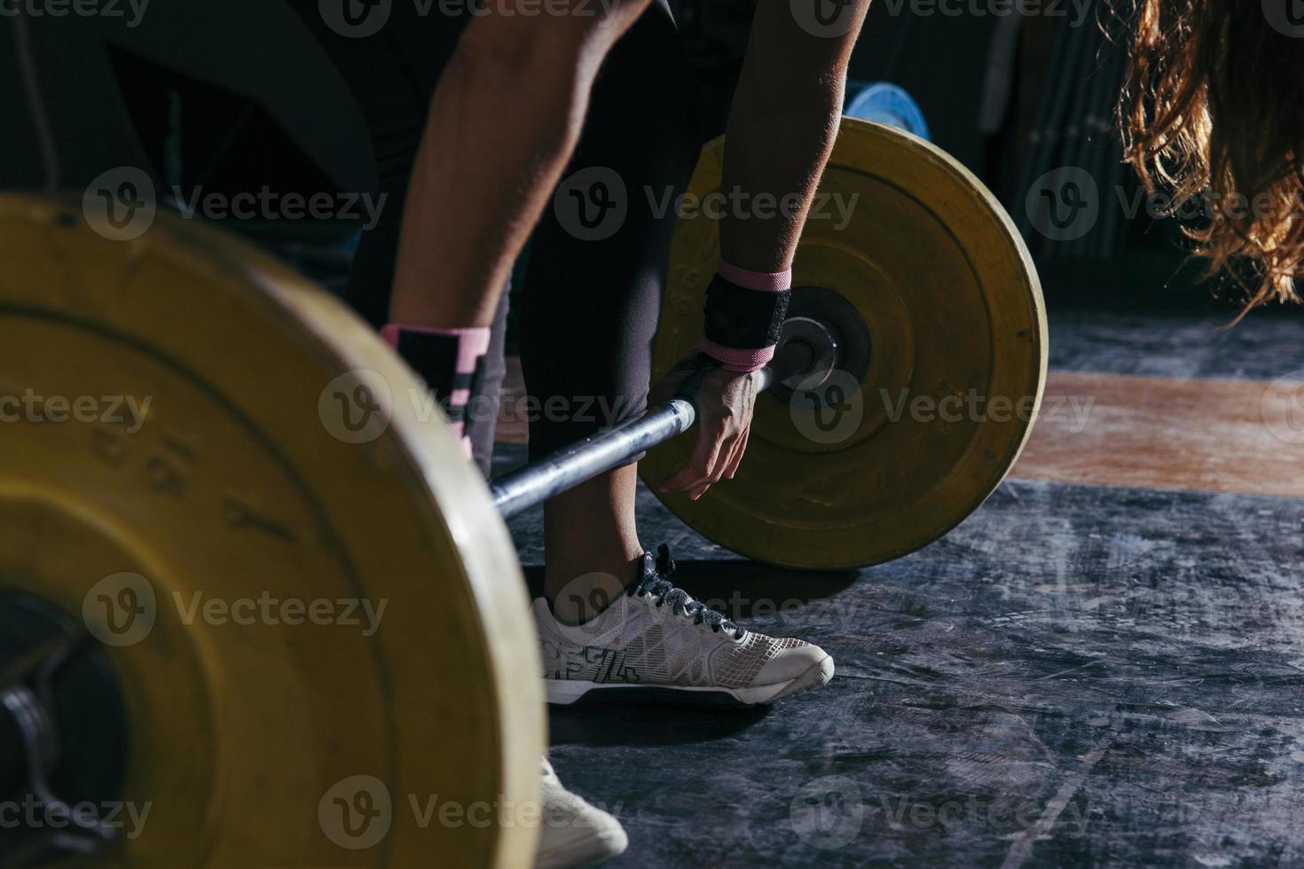 fitness koncept med kvinna röra skivstång foto