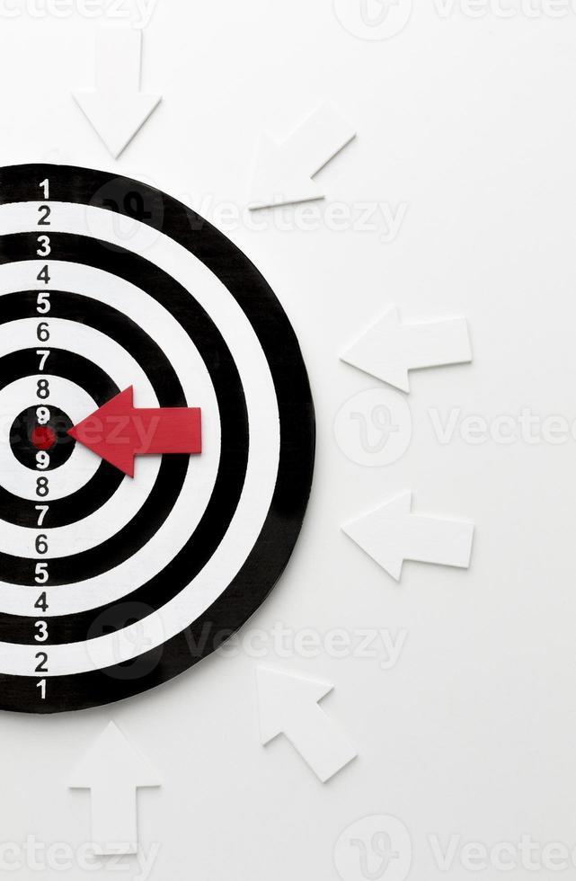platt låg mål med pilar som pekar mot bullseye foto