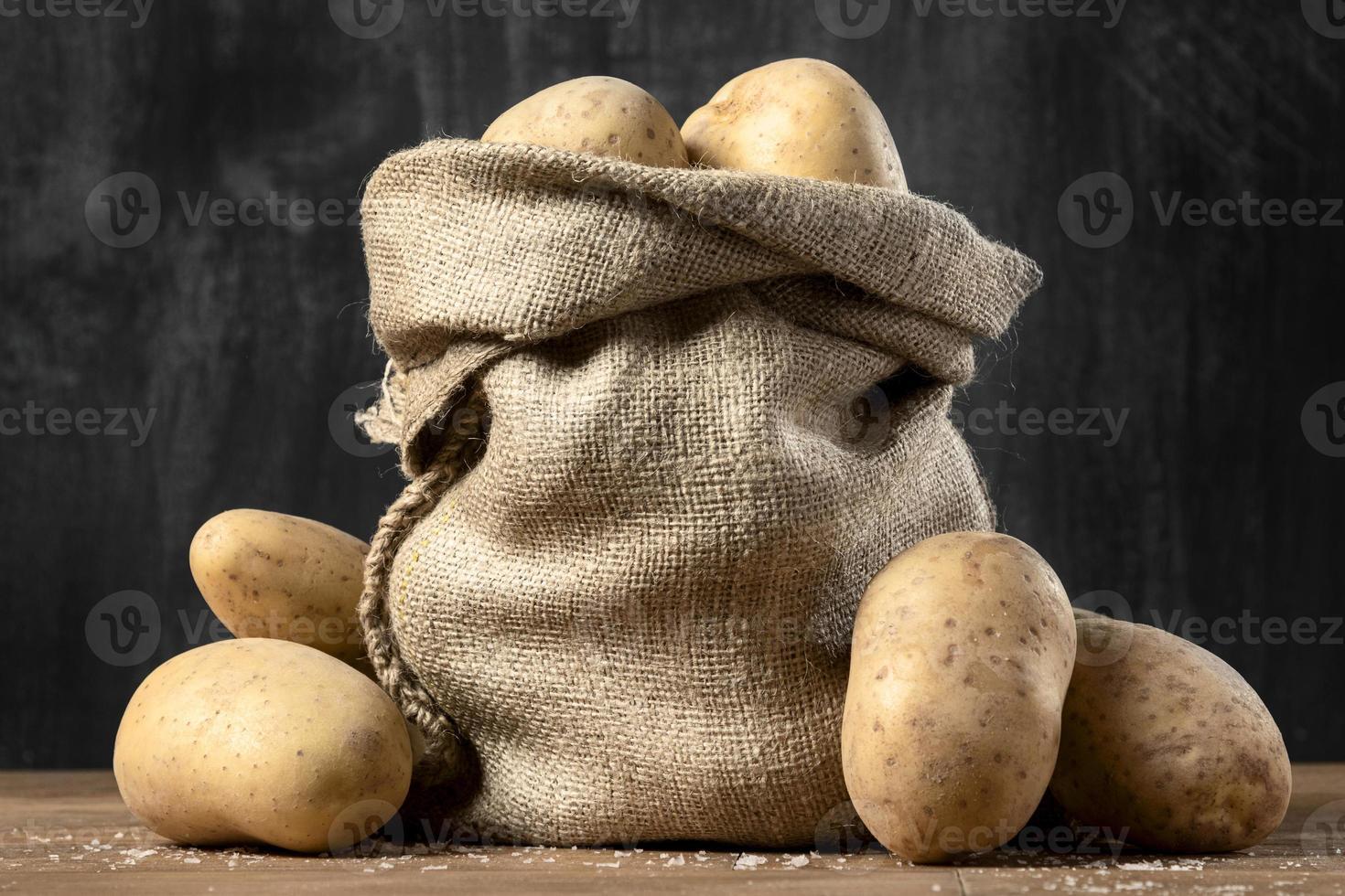 framifrån av säckvävsäck med potatis foto